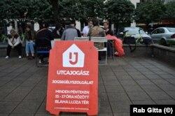 Az Utcajogász jogsegélyszolgálata a Blaha Lujza téren (jobbra Szatmári Andrea)
