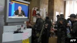 Иллюстрационное фото. Боевики группировки «ДНР» смотрят обращение президента России Владимира Путина по местному телеканалу. Донецк, май 2014 года