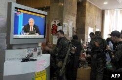Бойовики угруповання «ДНР», яке в Україні визнано терористичним, дивляться телеканал «Росія-24», Донецьк, травень 2014 року