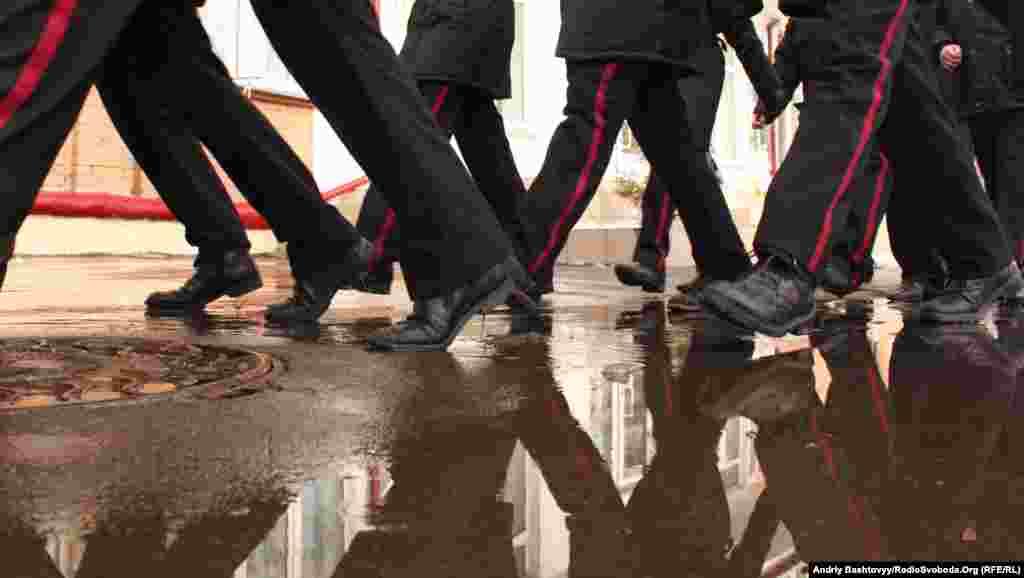 Територією ліцею під час навчання кадетські класи ходять строєм і з піснею.