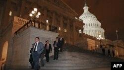 """АКШ -- Конгресстин мүчөлөрү """"фискалдык туңгуюктан"""" сактачу мыйзам долбоорун кабыл алгандан кийин, 1-январь, 2013."""
