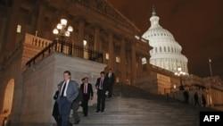 """Члены Палаты представителей покидают здание после голосования по закону, предотвращающему """"фискальный обрыв""""."""