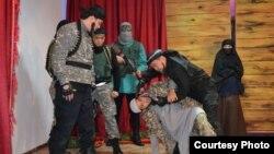 КА-168/2 түзеу мекемесіне қойылған Сирияға кеткендер туралы қойылымнан көрініс. Ақтөбе, 25 қазан 2016 жыл. (Сурет Тахауи Ахтанов атындағы драма театрынан алынды).