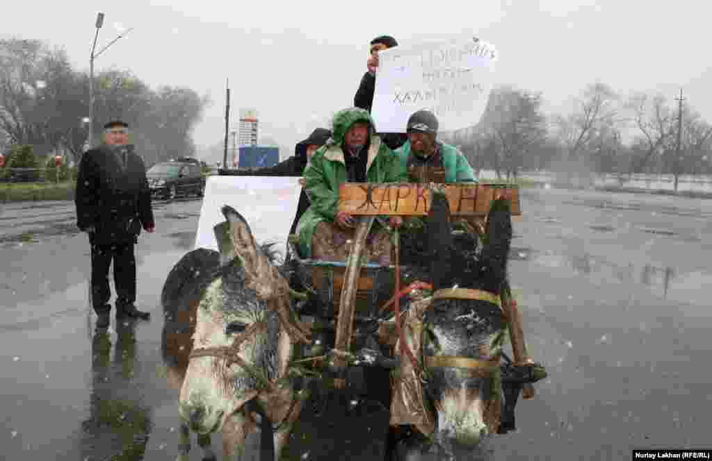 Участники флеш-моба говорят, что они выражают протест дефициту бензина в Казахстане.