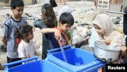 حاويات تجميع النفايات تستخدم لخزن المياه في بغداد