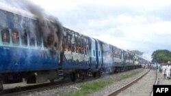Treni i djegur nga masa e zemëruar që u shtypën derisa treni ishte në lëvizje, 19 gusht 2013