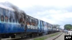 Адамдарды сүзүп кеткенден кийин токтогондо өрттөлгөн поезд. 19-август, 2013-жыл.