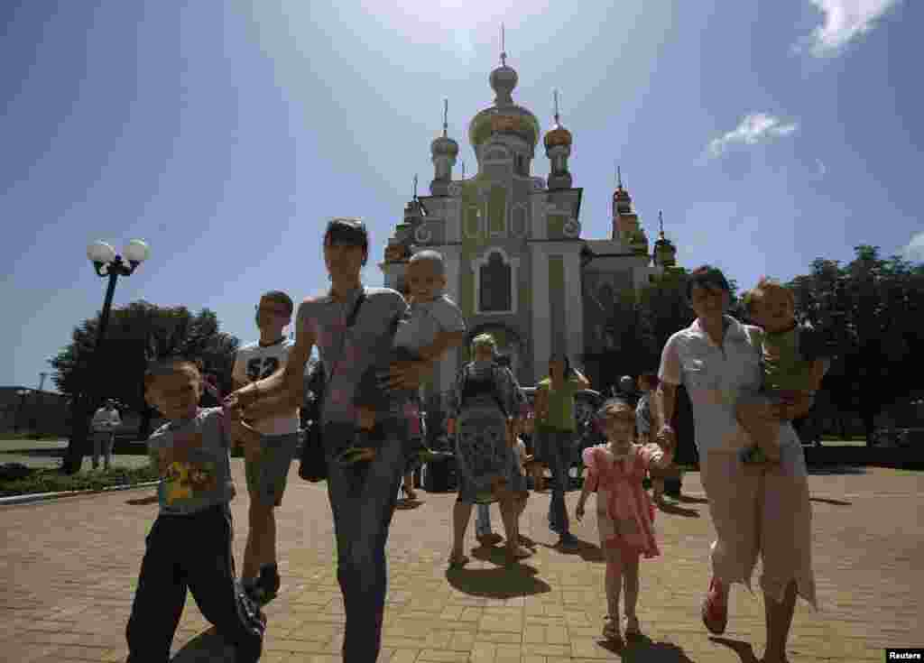 Families who have fled fighting in Slovyansk, arrive at the Makiyivsky Coke and Chemical Plant in the town of Makiyivka on June 4.