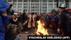 Бишкектеги Жогорку Кеңештин алдындагы 6-октябрдын таңындагы көрүнүш.