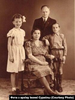 Івонка і Лявон Шыманцы з бацькамі. Данія, 1946