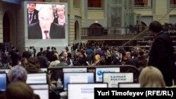 Журналисты в пресс-центре смотрят трансляцию выступления Владимира Путина