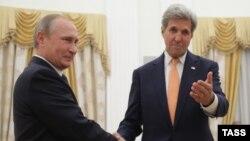 Президент России Владимир Путин (слева) в Кремле принимает госсекретаря США Джона Керри, Москва, 14 июля 2016 г․