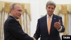 Orsýetiň prezidenti Wladimir Putin (çepden birinji) we Birleşen Ştatlaryň döwlet sekretary Jon Kerri. 14-nji iýul, 2016 ý.