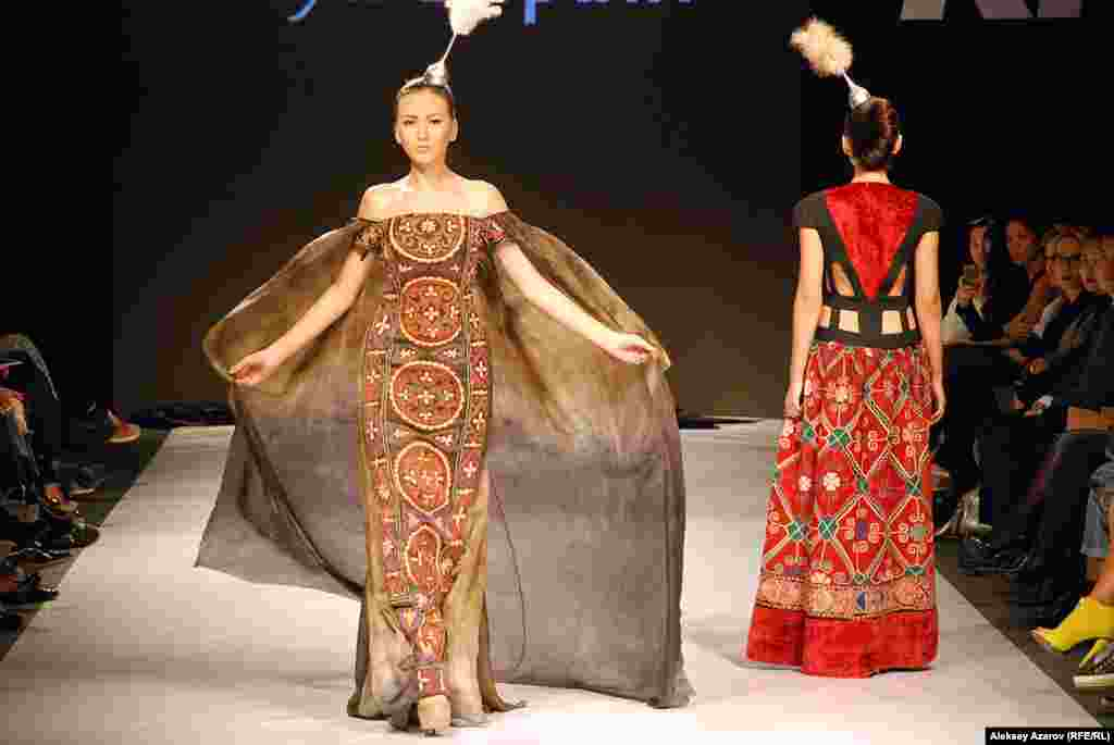 Стиль Аи Бапани характеризуют как казахскую неоклассику. Но видят и элементы протосакской культуры.