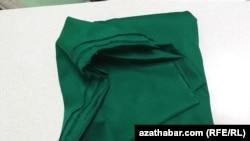 Ткани на платья для школьниц распространяютнепосредственно в школах Ашхабада.