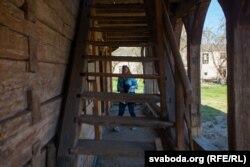 Дагэтуль заходзіць усярэдзіну і падымацца на другі паверх па сходах небясьпечна