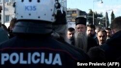 Geçen hepdeden bäri Serbiýany goldaýan garadaglylar we Serbiýanyň Prawoslaw Kilisesiniň tarapdarlary ýurt boýunça protestleri geçirdiler.