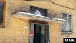 В этом доме обнаружен труп младенца. Актобе, 19 марта 2010 года.