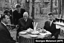 Шарль Де Голль (в центре) и Николае Чаушеску (справа), 1968 год