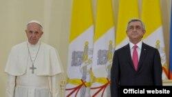 Президент Армении Серж Саргсян и Папа Римский Франциск во время приема в резиденции президента Армении. Ереван, 24 июня 2016 г.