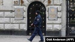 Поліцейський біля російського посольства у Берліні, 26 березня 2018 року. Німеччина оголосила про вислання чотирьох російських дипломатів на знак солідарності з Британією