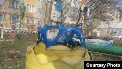 Квітка з шин в кольорах українського прапора