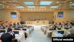Выступление президента Георгия Маргвелашвили перед парламентом опять стало причиной распри между ним и правительством: члены кабинета министров пытаются повторить прошлогодний демарш