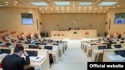 В грузинском парламенте на этот раз друг с другом долго не могли договориться политические соратники – депутаты двух фракций от единой правящей коалиции