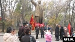 Активисты Компартии Казахстана у памятника Ленину. Алматы, 7 ноября 2008 года.