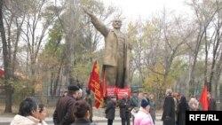 Лениндин эстелигинин жанына чогулган Коммунисттик партия мүчөлөрү. 7-ноябрь, 2008-жыл