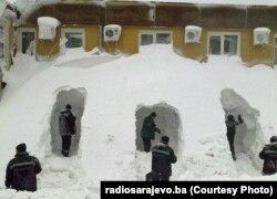 Боснія, Сараєво -- Працівники рятувальних служб відкопують у снігу проходи до будинку