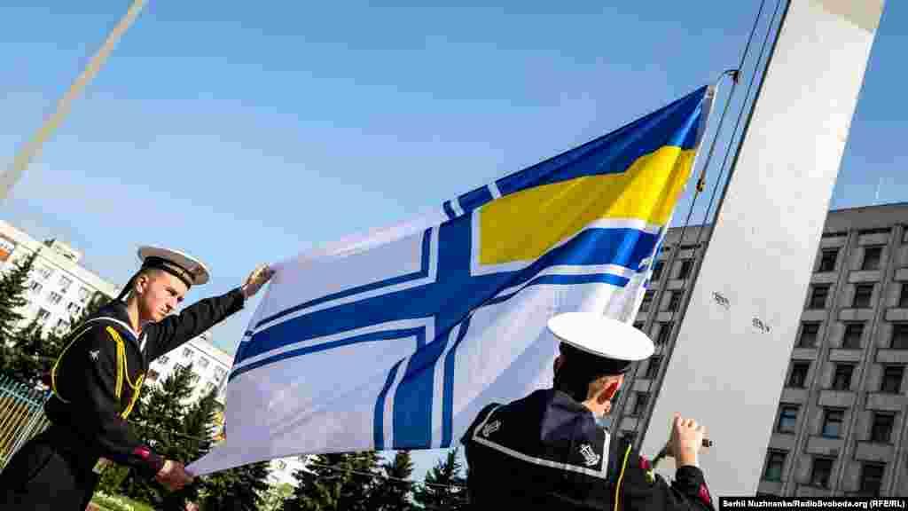 Kyivde hatıra künü munasebeti ile paytahtnıñ eki meydanda bir kereden Arbiy deñiz flotunıñ (ADF) bayrağı köterildi