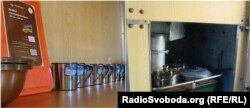 Кухня і кухонне приладдя у новому вагоні для бійців, які супроводжують військову техніку