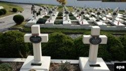 Свічки на могилах поляків, загиблих під час Польсько-української війни, на Личаківському кладовищі, Львів