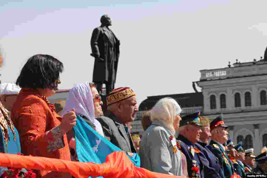 Сугыш ветераннары һәм Ленин һәйкәле