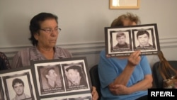 Members of a group called the Association of Kidnapped and Missing Serbs from Kosovo staged a protest at the Film Center of Serbia on September 21, calling for the resignation of its director.