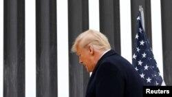 ԱՄՆ - Նախագահ Դոնալդ Թրամփը Ալամոյում՝ Մեքսիկայի հետ սահմանին կառուցված պաշտպանական պատի մոտ, 12-ը հունվարի, 2021թ․