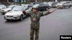 Demonstrant reguliše saobraćaj blizu barikada u Kijevu