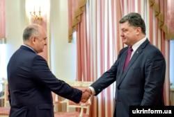 Петро Порошенко (праворуч) і Ігор Смешко в день його призначення головою Комітету з питань розвідки, 8 жовтня 2014 року