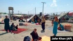 Пакистан- авганистански фамилии седат пред шаторите во граничниот град во пакистанската провинција Балочистан, 01.09.2021