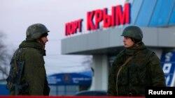 Вооруженные люди – по мнению почти всех, кроме Владимира Путина, российские военные, – в порту крымского города Керчь