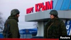 Російські військові біля порту Керчі, 3 березня 2014 року