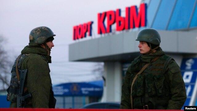 Вооруженные люди - по мнению почти всех, кроме Владимира Путина, российские военные - в порту крымского города Керчь