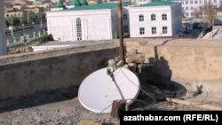 Prezidentiň gelmezinden öň aýrylan satelit antennasy