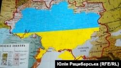 Территория современной Украины, обозначенная сине-желтыми цветами и нанесенная на диалектологическую карту украинского языка по состоянию на 1871 год