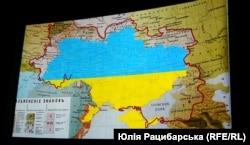 Кадр із документального фільму-дослідження про українську мову «Соловей співає. Доки голос має». Синьо-жовтими кольорами позначено нинішні кордони України на Діалектичній мапі української мови станом на 1871 рік