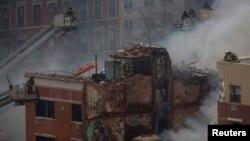 Пожарные на месте взрыва в Нью-Йорке. 12 марта 2014 года.