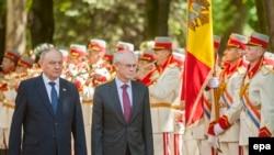 Европа Кенгаши Президенти Ҳ.В.Румпей (ў) ва Молдова Президенти Н.Тимофти.