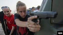 Украинские военные тренируют жителей Мариуполя противостоять сепаратистам, июль 2015 года
