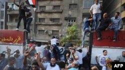 Каир, 9 сентября: демонстранты лезут на стену, защищающую дом, в котором находится посольство Израиля